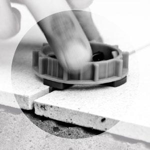 Nivellier-System für Großformate - Schraubkappe auf Distanzhalter anbringen